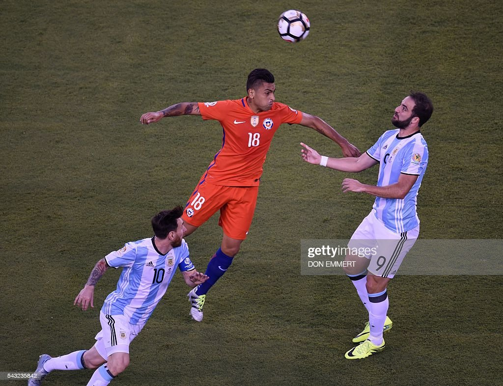 Chile's Gonzalo Jara (C) heads the ball next to Argentina's Lionel Messi (L) and Argentina's Gonzalo Higuain during the Copa America Centenario final in East Rutherford, New Jersey, United States, on June 26, 2016. / AFP / Don EMMERT