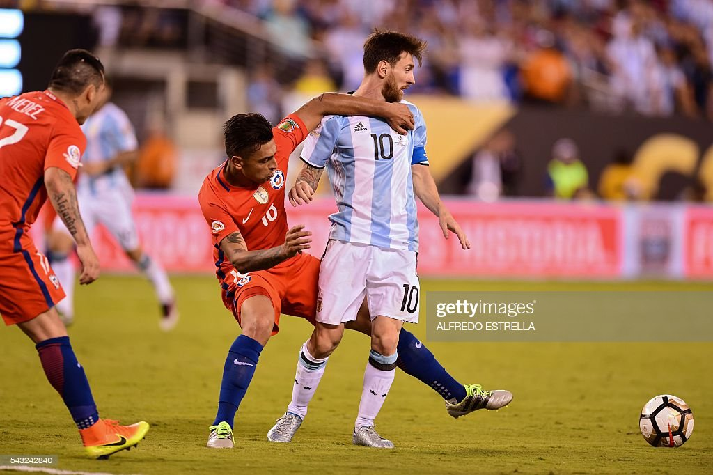 Chile's Gonzalo Jara (L) vie with Argentina's Lionel Messi during the Copa America Centenario final in East Rutherford, New Jersey, United States, on June 26, 2016. / AFP / Alfredo ESTRELLA