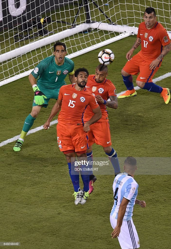 Chile's Jean Beausejour heads the ball during the Copa America Centenario final against Argentina in East Rutherford, New Jersey, United States, on June 26, 2016. / AFP / DON