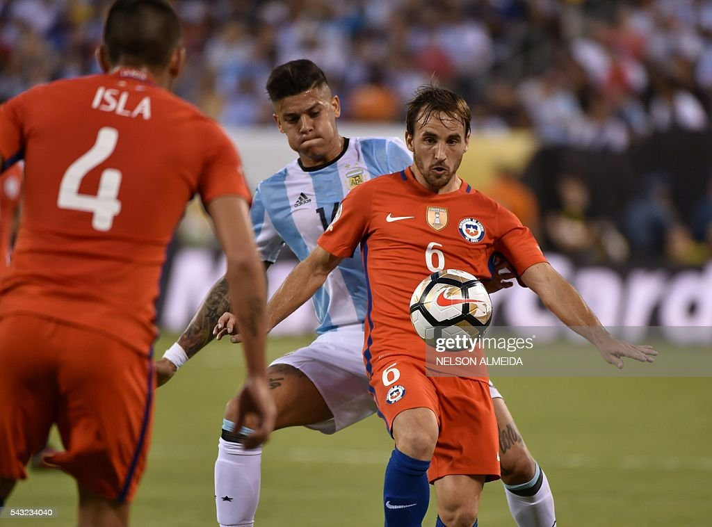 Chile's Jose Fuenzalida (R) controls the ball in front of Argentina's Marcos Rojo (C) and Chile's Mauricio Isla during the Copa America Centenario final in East Rutherford, New Jersey, United States, on June 26, 2016. / AFP / NELSON