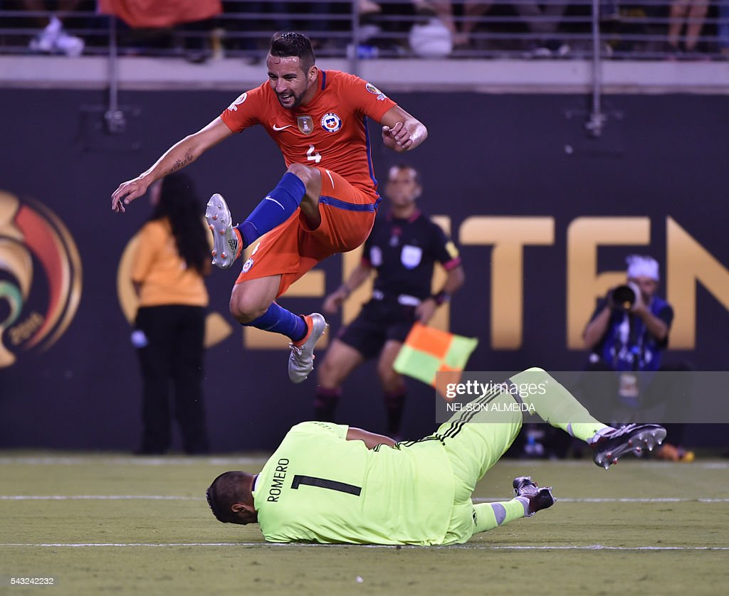 Chile's Mauricio Isla jumps as Argentina's goalie Sergio Romero catches the ball during the Copa America Centenario final in East Rutherford, New Jersey, United States, on June 26, 2016. / AFP / NELSON