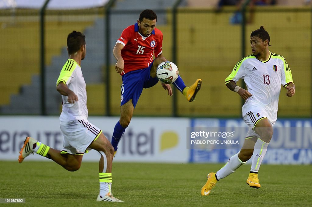Chile's midfielder Cristian Cuevas (C) tries to control the ball marked by Venezuela's defender Franko Diaz (L) and Venezuela's defender Jefren Vargas during the South American U-20 football match at Domingo Burgueno stadium in Maldonado, 130 km east of Montevideo, on January 17, 2015.