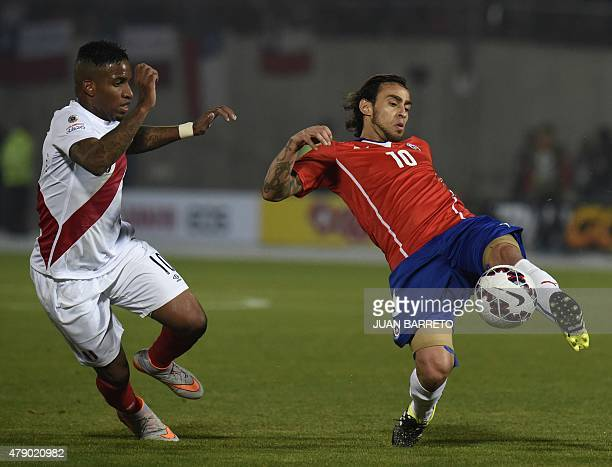 Chile's midfielder Jorge Valdivia vies for the ball with Peru's forward Jefferson Farfan during their 2015 Copa America football championship...