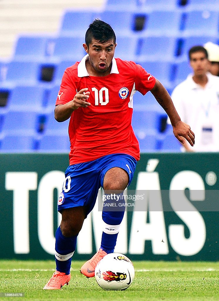 Chile's midfielder Nicolas Maturana controls the ball during their South American U-20 final round football match against Paraguay at Malvinas Argentinas stadium in Mendoza, Argentina, on January 20, 2013. Four teams will qualify for the FIFA U-20 World Cup Turkey 2013. AFP PHOTO / DANIEL GARCIA