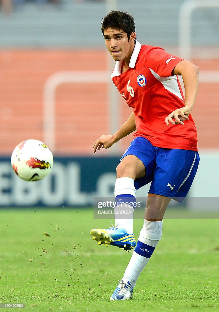 Chile's midfielder Sebastian Martinez takes the ball during their South American U-20 final round football match against Colombia at Malvinas Argentinas stadium in Mendoza, Argentina, on January 30, 2013. Four teams will qualify for the FIFA U-20 World Cup Turkey 2013. AFP PHOTO / DANIEL GARCIA