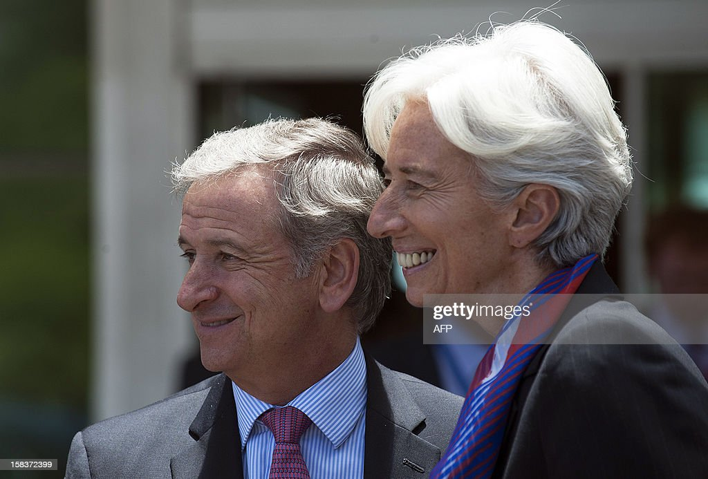 Chile's Minister of Finance Felipe Larrain (L), and International Monetary Fund (IMF) Managing Director Christine Lagarde (R), smile during the family picture of the Community of Latin American and Caribbean States (CELAC) summit on December 14, 2012 in Vina del Mar, Chile. AFP PHOTO / Claudio SANTANA