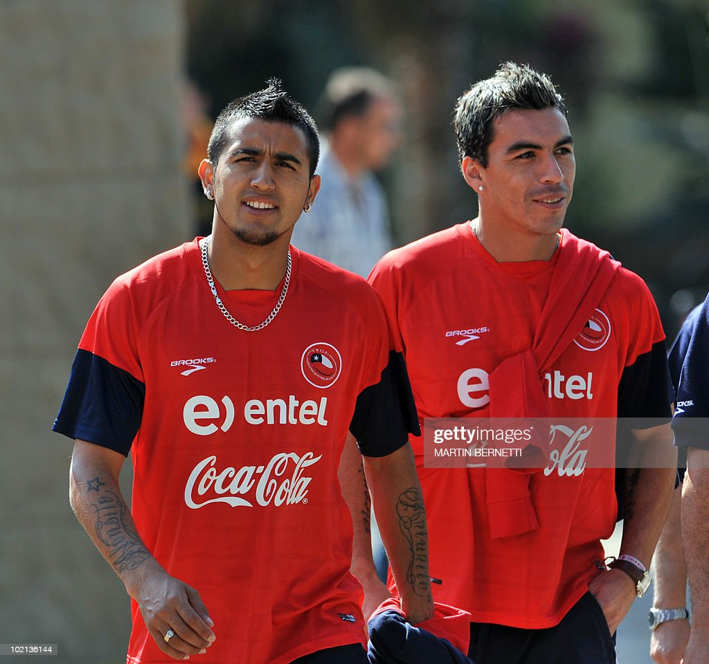 Chile's national football team players Arturo VIdal (L) and Esteban Paredes (R) walks before a training session at Ingwenyama Resort, in Nelspruit on June 11, 2010 on the opening day of the 2010 World Cup in South Africa. AFP PHOTO / Martin BERNETTI