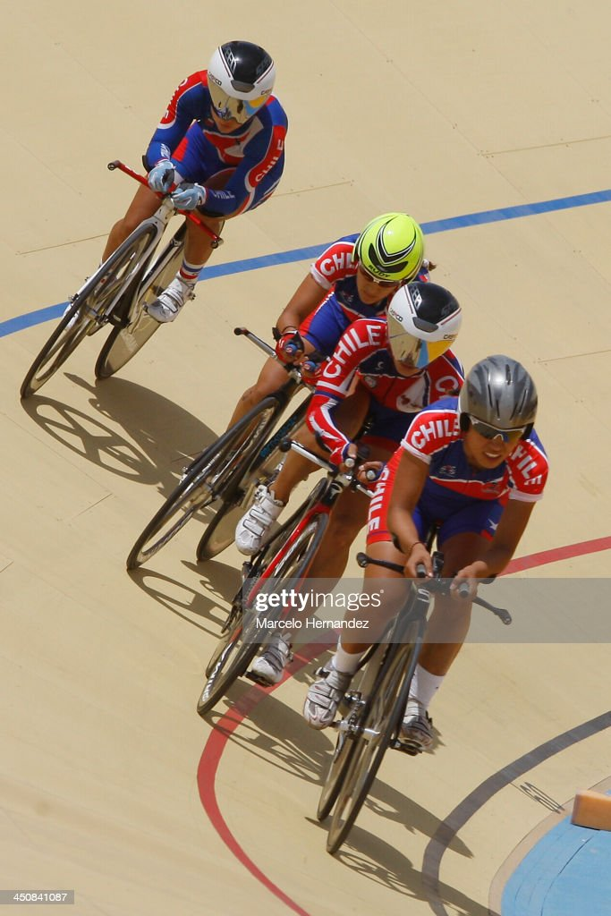 Chile's Paola Munoz (R) competes with her team during the ciclyng event as part of the XVII Bolivarian Games Trujillo 2013 at Colegio San Agustin Velodrome on November 20, 2013 in Chiclayo, Peru.