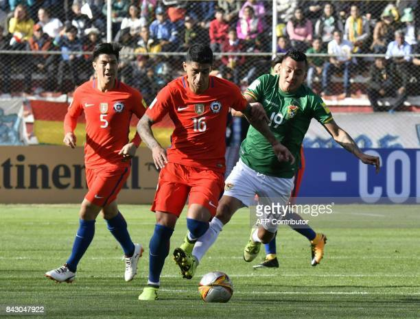 Chile's Pedro Pablo Hernandez and Bolivia's Jorge Flores vie for the ball during their 2018 World Cup qualifier football match in La Paz on September...
