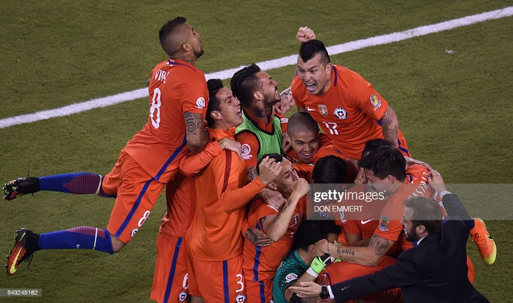 Chile's players celebrate after defeating Argentina in the penalty shoot-out and winning the Copa America Centenario final in East Rutherford, New Jersey, United States, on June 26, 2016. After extra-time, Chile win penalty shoot-out 4-2. / AFP / Don EMMERT
