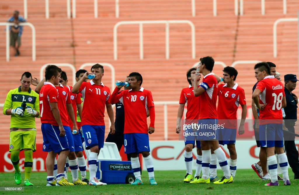 Chile's players refresh themselves at the end the South American U-20 final round football match against Uruguay at Malvinas Argentinas stadium in Mendoza, Argentina, on January 27, 2013. Four teams will qualify for the FIFA U-20 World Cup Turkey 2013. Uruguay won 1-0. AFP PHOTO / DANIEL GARCIA