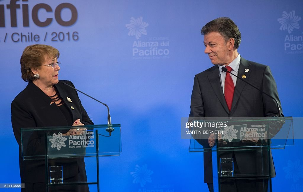 Chile's President Michelle Bachelet (L) and Colombia's President Juan Manuel Santos participate in the XI Pacific Alliance Summit in Puerto Varas, 1150 km south of Santiago, Chile, on July 1, 2016. / AFP / Martin BERNETTI