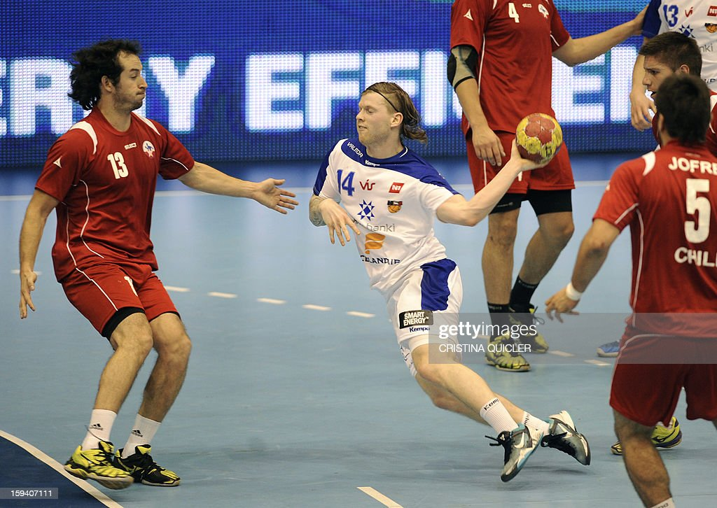 Chile's wing Guillermo Araya (L) vies with Iceland's wing Arnar Thor Gunnarsson (C) during the 23rd Men's Handball World Championships preliminary round Group B match Chile vs Iceland at the Palacio de Deportes San Pablo in Sevilla on January 13, 2013.