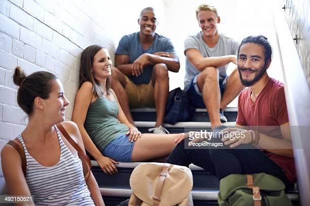 Relajantes en la caja de la escalera antes de clase