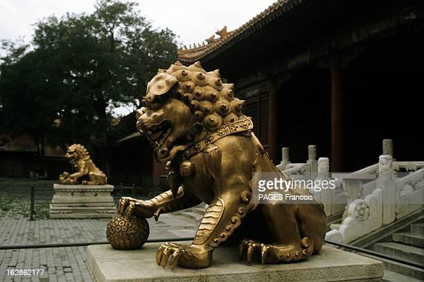 China En Chine à Pekin dans la Cité interdite au pied de l'escalier de la porte de l'Harmonie Suprême les lions de bronze au premier plan le mâle...