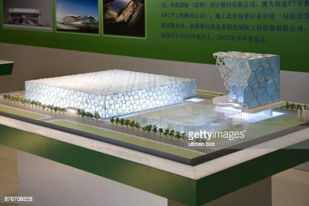 China Hebei Beijing Sommerolympiade 2008 beleuchtetes Modell des Schwimmstadions und seiner speziellen Wabenkonstrution   Summer Olympics 2008 model...