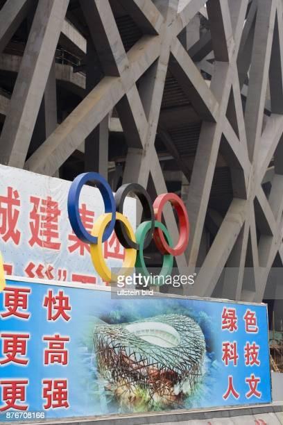 China Hebei Beijing Sommerolympiade 2008 Blick auf die Baustelle des Nationalstadions Informationstafel mit den Olympischen Ringen   Summer Olympics...