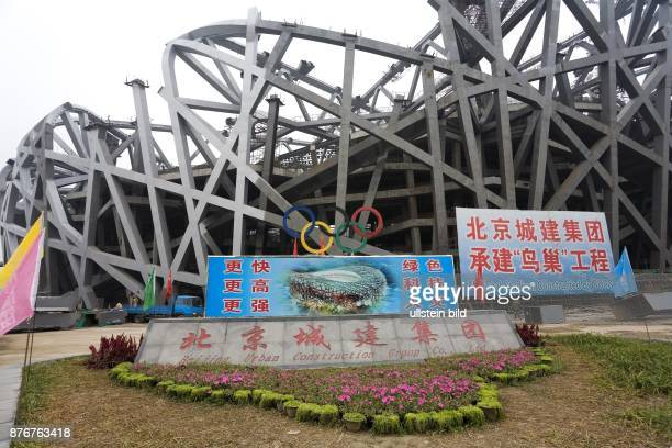China Hebei Beijing Sommerolympiade 2008 Blick auf die Baustelle des Nationalstadions mit Informationstafel   Summer Olympics 2008 view on the...