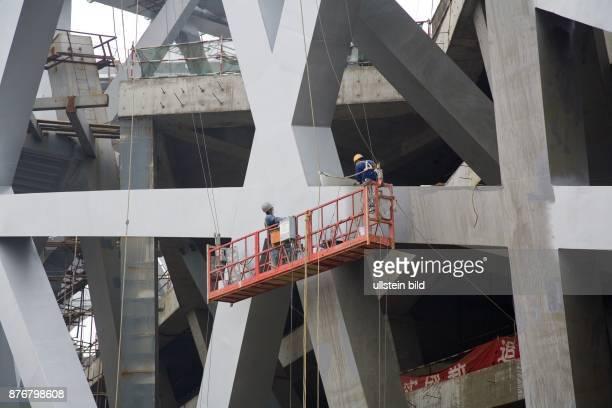 China Hebei Beijing Sommerolympiade 2008 Blick auf die Baustelle des Nationalstadions Bauarbeiter an der Stahlkonstruktion   Summer Olympics 2008...