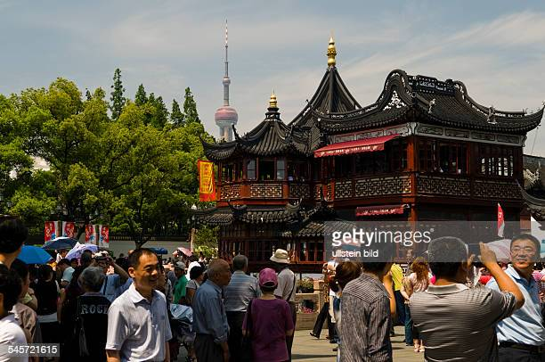 China Shanghai Shanghai The bazaar 'Yuyuan' with the teahouse 'Huxinting' in the background the Oriental Pearl Tower