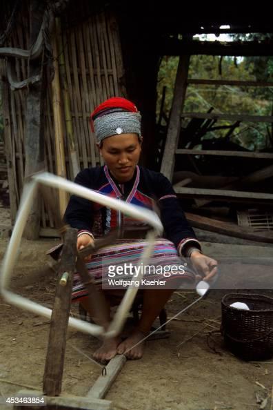 China Yunan Province Hua Yao Dai Woman In Tradition Dress Spinning Wool Xishuang Bana