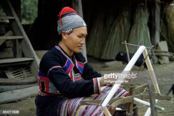 China Yunan Province Hua Yao Dai Woman In Tradition Dress Spinning Wool
