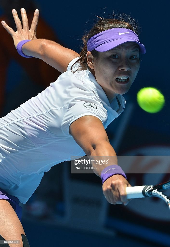 China's Li Na hits a return against Poland's Agnieszka Radwanska during their women's singles match on day nine of the Australian Open tennis tournament in Melbourne on January 22, 2013. AFP PHOTO / PAUL CROCK IMAGE STRICTLY RESTRICTED TO EDITORIAL USE - STRICTLY NO COMMERCIAL USE