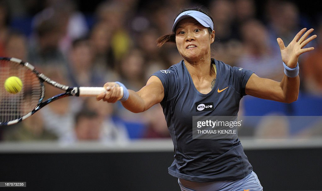 China's Li Na returns the ball to Czech's Petra Kvitova in their quarter final of the WTA Porsche Tennis Grand Prix in Stuttgart, southwestern Germany, on April 26, 2013.
