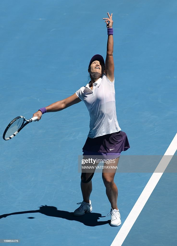 China's Li Na serves against Poland's Agnieszka Radwanska during their women's singles match on day nine of the Australian Open tennis tournament in Melbourne on January 22, 2013. AFP PHOTO / MANAN VATSYAYANA IMAGE STRICTLY RESTRICTED TO EDITORIAL USE - STRICTLY NO COMMERCIAL USE