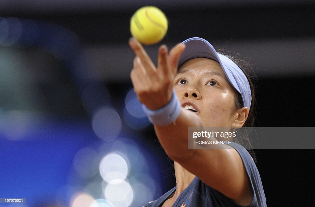 China's Li Na serves the ball to Czech's Petra Kvitova in their quarter final of the WTA Porsche Tennis Grand Prix in Stuttgart, southwestern Germany, on April 26, 2013. AFP PHOTO / THOMAS KIENZLE