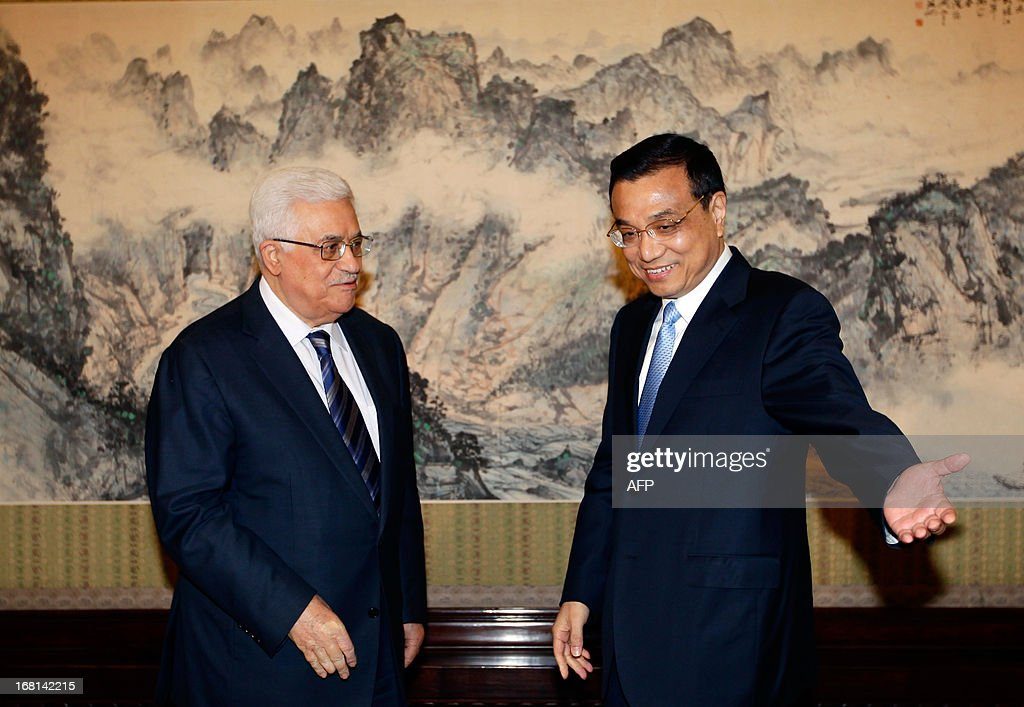 China's Premier Li Keqiang shows the way to Palestinian president Mahmud Abbas (L) during a meeting at the Zhongnanhai compound in Beijing on May 6, 2013. Abbas's three-day trip is the first by a Middle Eastern leader since Chinese President Xi Jinping office in March. AFP PHOTO / POOL / Jason Lee