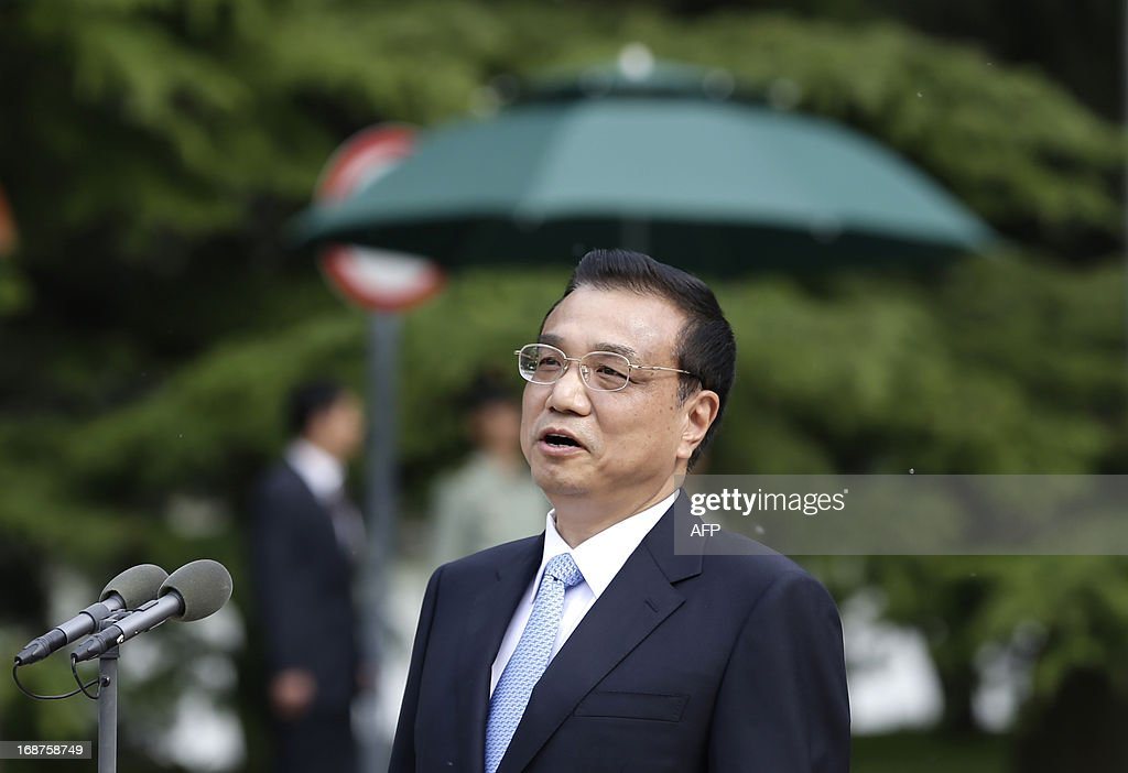 China's Premier Li Keqiang speaks to members of an Indian youth delegation during a meeting at the Zhongnanhai compound in Beijing on May 15, 2013. The visit by the delegation happens ahead of a visit to India by Li later this month. AFP PHOTO / POOL / Jason Lee