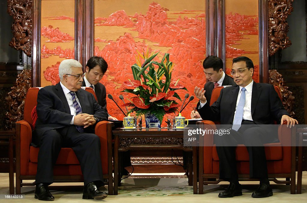 China's Premier Li Keqiang (R) talks with Palestinian president Mahmud Abbas (L) during a meeting at the Zhongnanhai compound in Beijing on May 6, 2013. Abbas's three-day trip is the first by a Middle Eastern leader since Chinese President Xi Jinping office in March. AFP PHOTO / POOL / Jason Lee