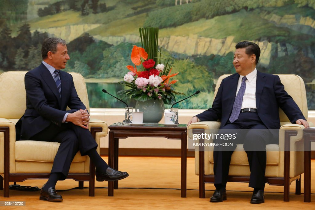China's President Xi Jinping (R) talks with Chief Executive Officer of Disney Bob Iger as they meet at the Great Hall of the People in Beijing on May 5, 2016. / AFP / REUTERS / KIM