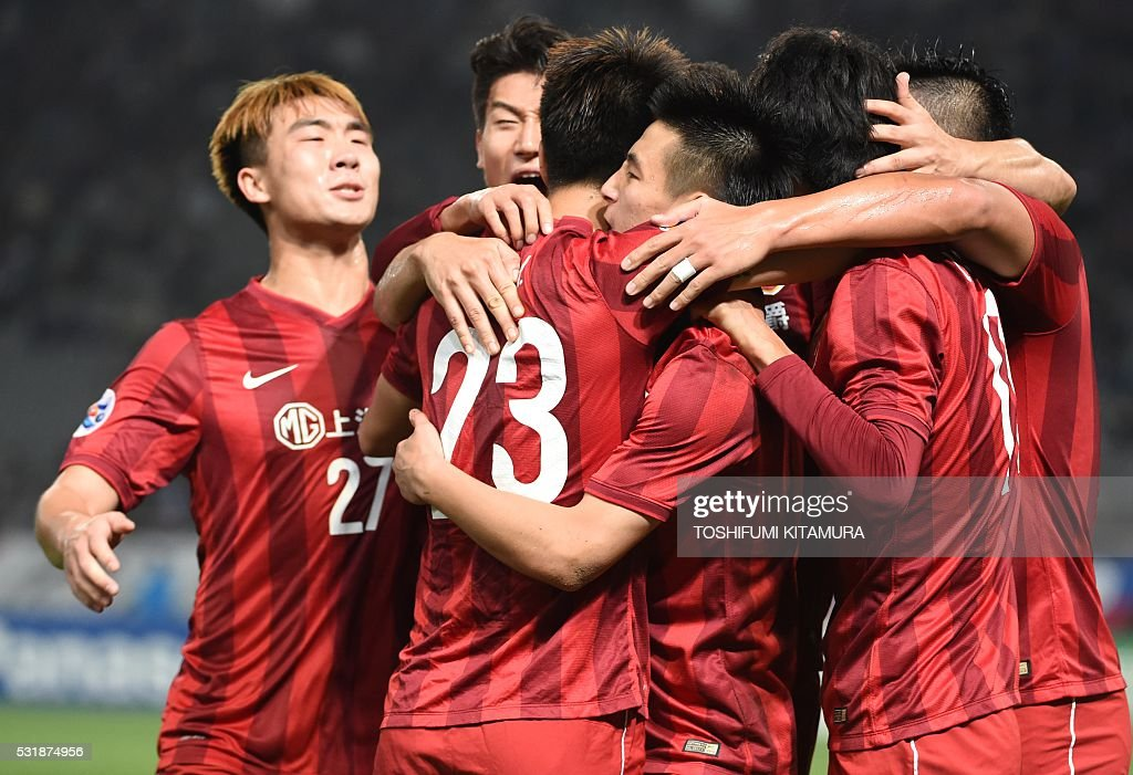 China's Shanghai SPIG forward Wu Lei (3rd R) celebrates his goal with defender Fu Huan (3rd L, #23) and other teammates during the AFC champions league round of 16 first match against Japan's FC Tokyo in Tokyo on May 17, 2016. / AFP / TOSHIFUMI