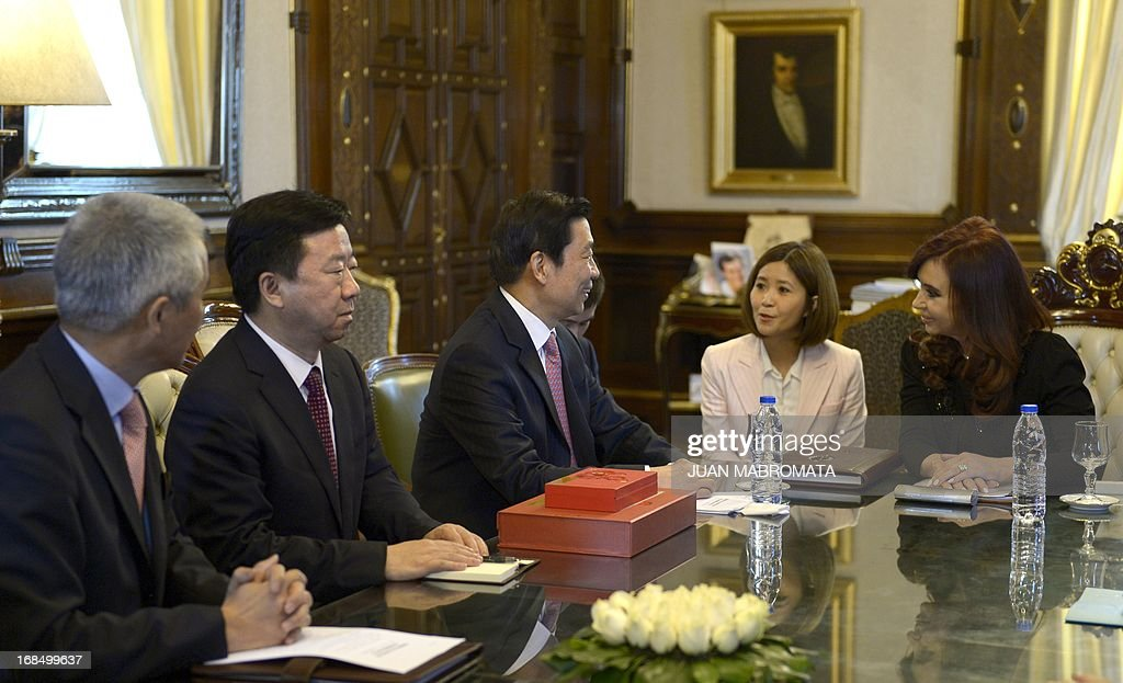 China's Vice President Li Yuanchao (C) and Argentine President Cristina Fernandez de Kirchner (R) chat during a working meeting at the Government Palace in Buenos Aires on May 10 , 2013. AFP PHOTO / Juan Mabromata