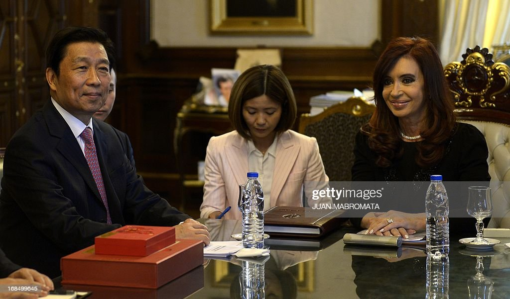 China's Vice President Li Yuanchao (L) and Argentine President Cristina Fernandez de Kirchner (R) pose for pictures during a working meeting at the Government Palace in Buenos Aires on May 10 , 2013. AFP PHOTO / Juan Mabromata