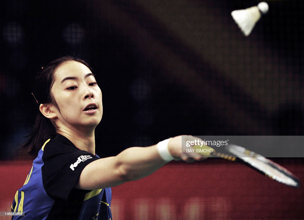China's Wang Shixian returns a shot to India's Saina Nehwal during their women's single quarter-final badminton match at the Indonesian Open Superseries in Jakarta on June 15, 2012.