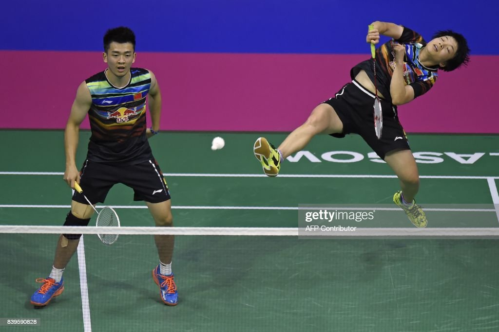 TOPSHOT - China's Zheng Siwei and Chen Qingchen return against England's Chris and Gabrielle Adcock during their semi-final mixed doubles match during the 2017 BWF World Championships of badminton at Emirates Arena in Glasgow on August 26, 2017. /