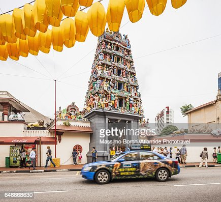 Chinatown, taxi near the entrance of Sri Mariamman Temple, in the upper part decorations for New Chinese Year : Stockfoto