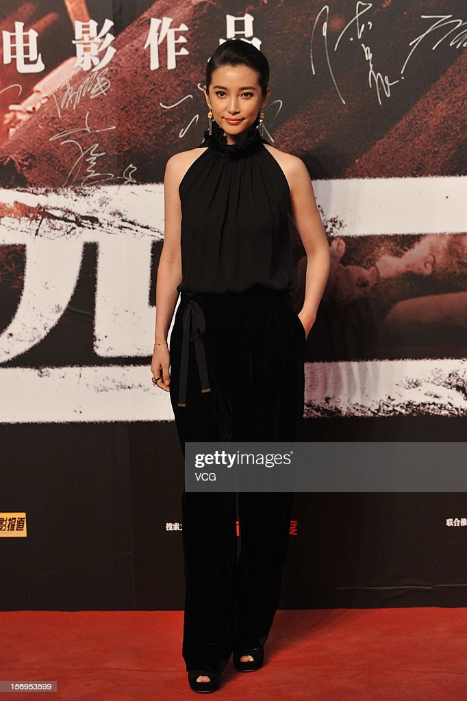 Chinese actress <a gi-track='captionPersonalityLinkClicked' href=/galleries/search?phrase=Li+Bingbing&family=editorial&specificpeople=697017 ng-click='$event.stopPropagation()'>Li Bingbing</a> attends 'Back To 1942' Premiere at National Indoor Stadium on November 25, 2012 in Beijing, China.