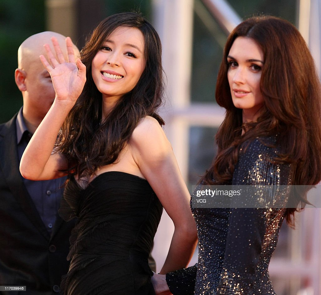 Chinese actress <a gi-track='captionPersonalityLinkClicked' href=/galleries/search?phrase=Zhang+Jingchu&family=editorial&specificpeople=242993 ng-click='$event.stopPropagation()'>Zhang Jingchu</a> (L) and Spanish actress <a gi-track='captionPersonalityLinkClicked' href=/galleries/search?phrase=Paz+Vega&family=editorial&specificpeople=208840 ng-click='$event.stopPropagation()'>Paz Vega</a> arrive at the red carpet of the 14th Shanghai International Film Festival closing ceremony at Shanghai Grand Theatre on June 19, 2011 in Shanghai, China.