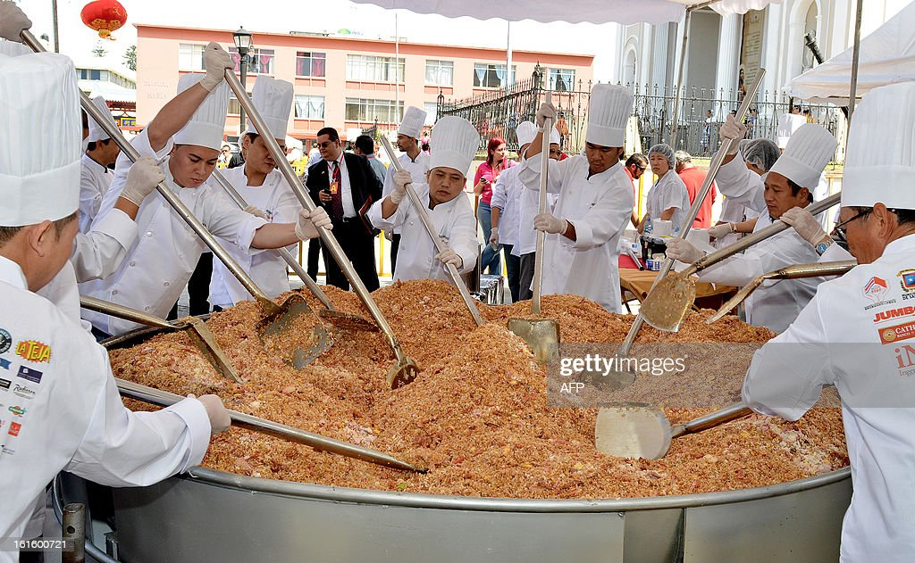 Chinese and Costa Rican chefs cook the world´s largest fried rice in celebration of Chinese New Year, for which they obtained a Guinness record, in San Jose on February 12, 2013. AFP PHOTO/Ezequiel BECERRA
