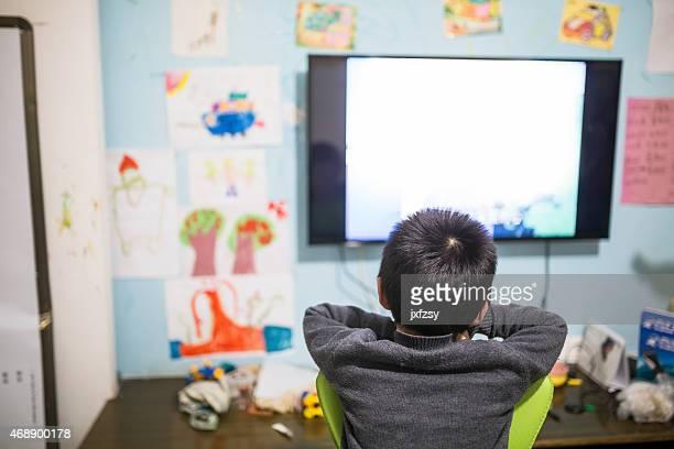 Petit garçon en regardant la TV chinoise