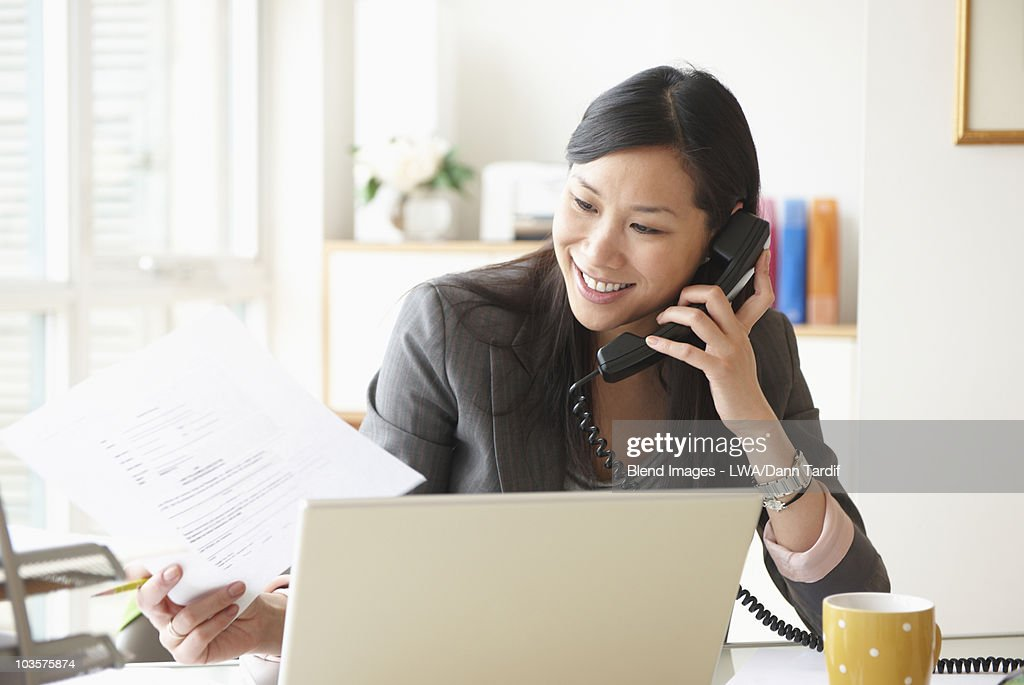 Chinese businesswoman working at desk : Foto stock