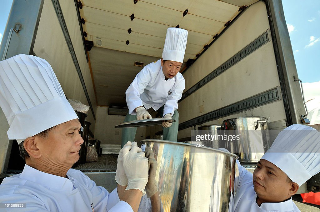Chinese chefs unload the ingredients to cook the world´s largest fried rice in celebration of Chinese New Year, for which they obtained a Guinness record, in San Jose on February 12, 2013. AFP PHOTO/Ezequiel BECERRA
