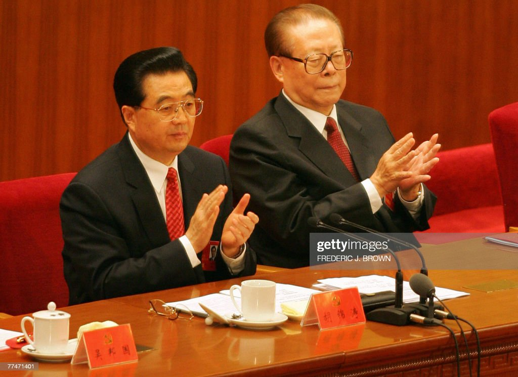 Chinese Communists wrap up their 17th five-yearly Party Congress inside the Great Hall of the People in Beijing, 21 October 2007, as President Hu Jintao (L) and former President Jiang Zemin (R) applaud. China's Communist Party ended its Congress after amending its charter to include President Hu's vision for the nation and endorsing leadership changes after Hu declared the event over in a short ceremony to mark the end of the week-long meeting that gathered more than 2,200 top cadres in Beijing. AFP PHOTO/Frederic J. BROWN
