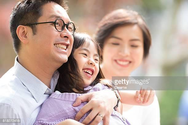 Chinois en famille dans le parc