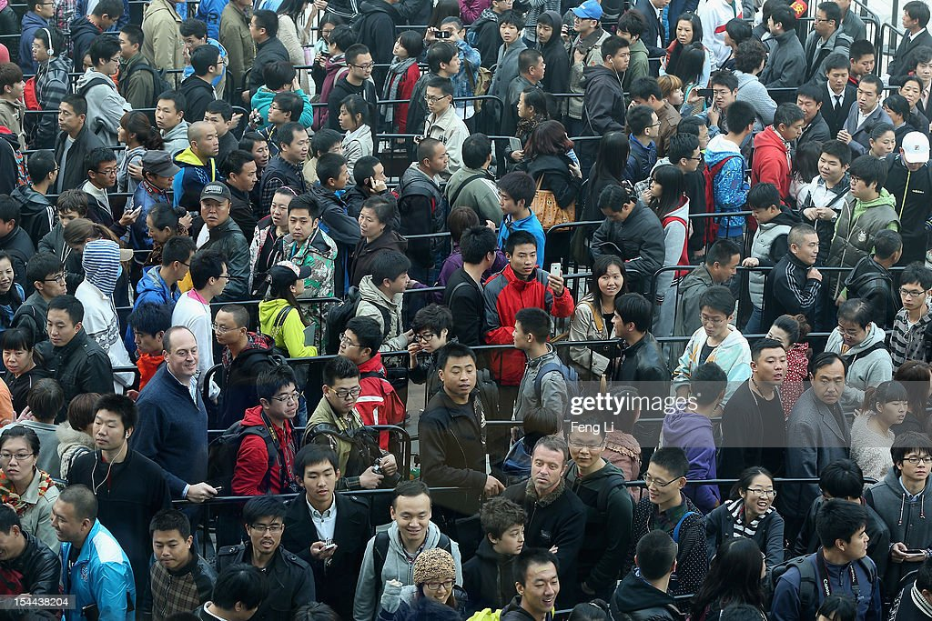 Chinese fans line up outside the new Apple Store in Wangfujing shopping district on October 20 2012 in Beijing China Apple Inc opened its sixth...