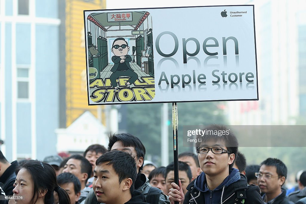 Chinese fans of Apple waits the new Apple Store openning in Wangfujing shopping district on October 20, 2012 in Beijing, China. Apple Inc. opened its sixth retail store on the Chinese mainland Saturday. The new Wangfujing store is Apple's largest retail store in Asia.